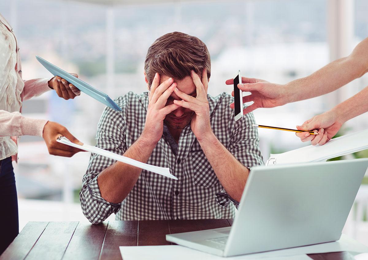 hombre-estresado-multitarea
